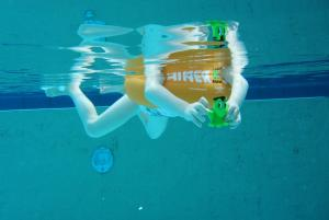 Оранжевый круг swimtrainer в воде