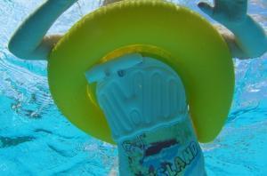 Круг swimtrainer желтый в воде