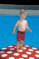 Мальчик и неопреновые шорты freds swim academy