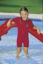 Девочка в бассейне и в малом комбинезоне