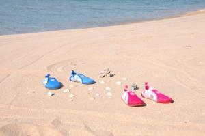 Акваобувь розовая на песке