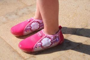 Акваобувь розовая одета на ножке малыша