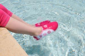 Акваобувь розовая в воде