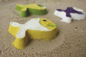 Разноцветные рыбки из песка