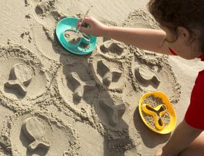 Рыбки и звездочки из песка и формочки starfish