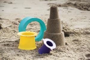 Башенка из песка сделанная формочкой alto