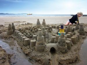 Город из песка сделанный формочкой quut alto