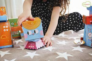 Девочка играет с роботом балерина