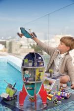 Мальчик играет с набором космическая станция
