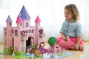 Девочка играет с замком принцессы тринни
