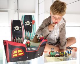 Мальчик играет с набором пиратский корабль купер