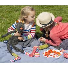 Дети играют с игрушкой синьером волком