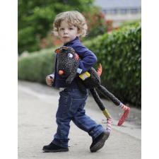 Ребёнок держит в руках игрушку синьер волк
