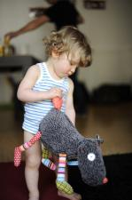 Малыш и игрушка волк-обжора