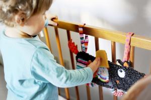 Малыш играет с подвеской-книжкой ebulobo волчонок