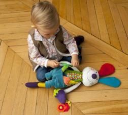 Девочка сидит рядом с игрушкой ebulobo кролик джеф