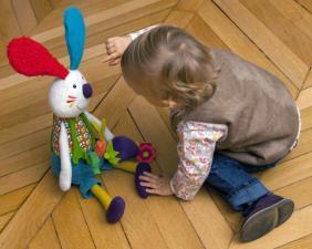 Ребёнок и развивающая игрушка кролик джеф