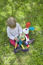 Ребёнок на улице играет с ebulobo кролик джеф