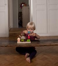 Девочка играет с игрушкой мишка на рыбалке