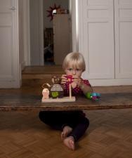 Ребёнок играет с ebulobo мишка на рыбалке