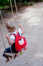 На малыше рюкзачок ebulobo красная шапочка