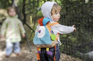 Малыш на улице с рюкзаком ebulobo кролик джеф