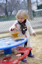 Ребёнок на улице в шарфе ebulobo волчонок
