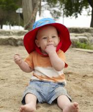 Малыш на пляже в панамке flapjackkids рыбка