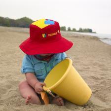 Малыш с ведёрком и в панаме ведро с лопаткой