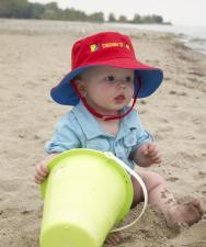 Ребёнок у воды в панаме flapjackkids ведро