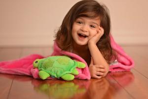 Девочка укрылась одеялом zoocchini