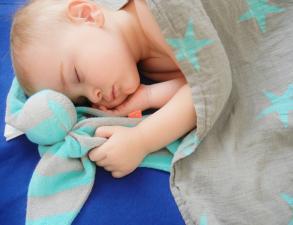 Малыш обнимает комфортер cuski fabby