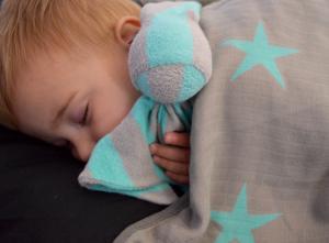 Малыш спит с комфортером cuski fabby