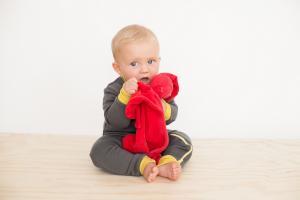 Малыш обнимает комфортер cuski reddy