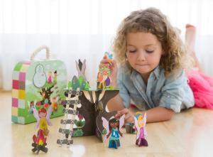 Девочка играет с 3d набором сказочное дерево