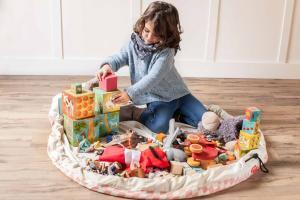 Девочка играет на коврике play-and-go розовый бриллиант