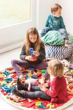 Дети играют на коврике play-and-go зелёный бриллиант