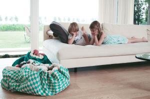Мешок play-and-go зелёный бриллиант у дивана