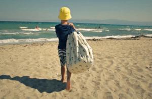 Ребёнок несёт мешок с игрушками play-and-go print якоря