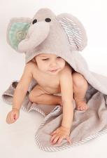 Девочка окутана в полотенце слоник для малышей