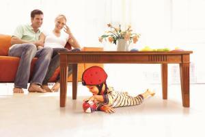 Родители и ребёнок в шлеме safeheadbaby красный