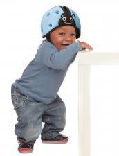 Ребёнок в шапке-шлем safeheadbaby синий
