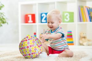 Ребёнок играет с bubabloon фирменные пятнышки