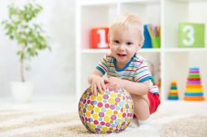 Ребёнок с чехлом bubabloon фирменные пятнышки
