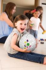 Девочка играет с bubabloon раскрась сам