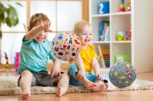 Дети играют с bubabloon в розовую полоску