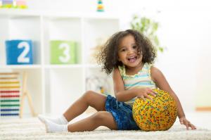 Ребёнок играет с bubabloon кружочки жёлтый