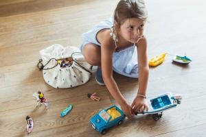 Девочка игра рядом с мини мешок молния