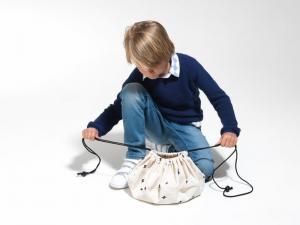 Мальчик завязывает мини мешок молния