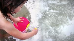 Девочка набирает воду в ведерко ballo